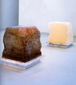 Janine Antoni: 'Gnaw'; 1992; vet en chocolade op marmeren sokkels