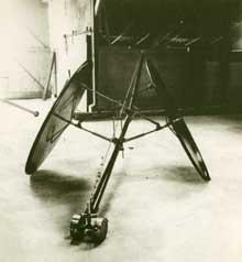 Gerrit van Bakel: 'Middelgrote Problemendrager'; 1984; ijzer en staalkabel; 133 x 630 x 216 cm
