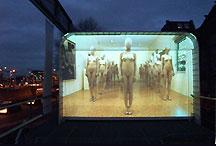 de video 'Venice' van Vanessa Beecroft op de gevel van Mediamatic Supermarkt in Amsterdam (december 2003)