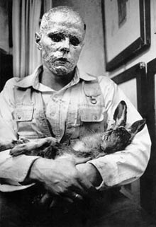 Joseph Beuys in performance 'How to Explain Pictures to a Dead Hare' (1965), heropgevoerd door Abramovic