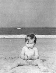 Rineke Dijkstra - foto van een peuter aan het strand bij Castricum aan Zee; 1992; bron: de Volkskrant