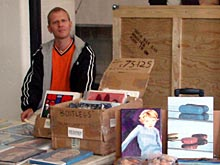 Eric Doeringer met zijn bootlegs voor Scope Art Fair, Londen, 2006