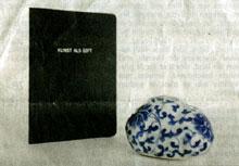 porseleinen aardappel en boekje van Ni Haifeng (foto: Bart Muhl / De Volkskrant)