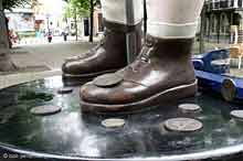 de voeten van Damien Hirst's 'Charity' (foto: Bob Petersen)