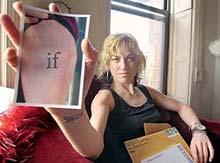 'Schrijfster Shelley Jackson laat een foto zien van haar tatoeageproject' (foto en link: Algemeen Dagblad)