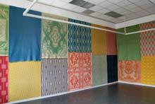 Fransje Killaars: zaal met Leidse wollen dekens in 'Stoffen Stalen Sits', een installatie in De Lakenhal