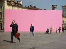 werk van Katrin Korfmann: 'Pink Wall'; 2002; installatie