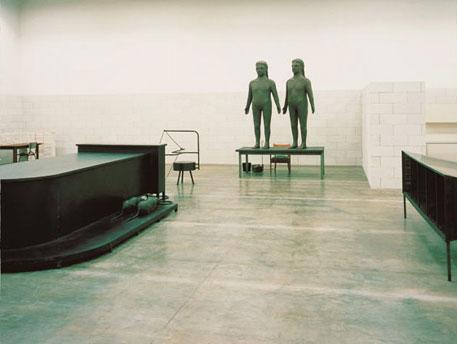 Mark Manders' Reduced Rooms with Changing Arrest (Reduced to 88%) op Documenta 11, 2002)
