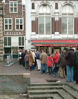 in de rij voor de beelden van Ron Mueck in de Haarlemse Hallen