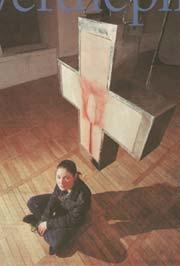 Dorota Nieznalska en haar beeld 'Pasja' (foto: Trouw/Andrea Merola)
