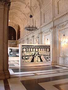 Koninklijke Prijs voor Vrije Schilderkunst 2004 in het Paleis op de Dam, met werk van Charlotte Mouwens (links) en Marjolein Rothman (foto: hinke | suds and soda