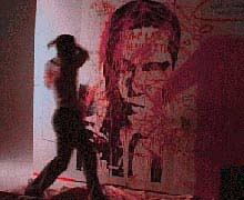Brad Pitt, 'schilderend' aan een zelfportret in de korte film 'Freedom of Love' van glamourfotograaf Nick Knight (2004)