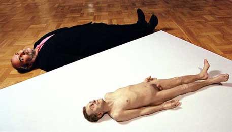 Charles Saatchi en Ron Mueck's Dead Dad (1996-97) in BBC documentaire The Saatchi Phenomenon