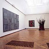 Werk van Anselm Kiefer, Jannis Kounellis en anderen in de tentoonstelling 'Tot Zo Ver' in het Stedelijk Museum